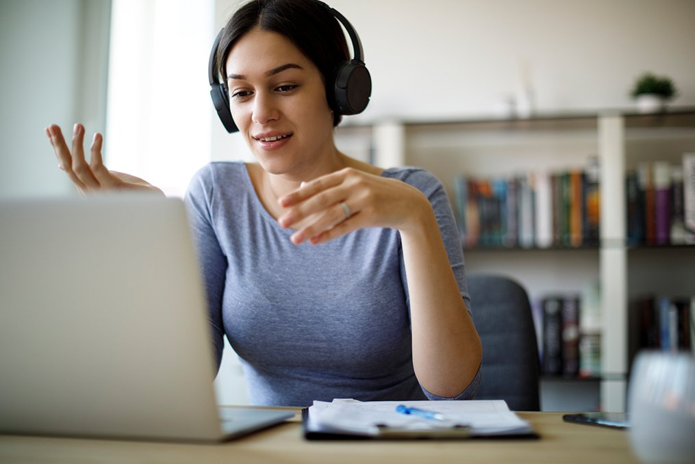 5 Steps to Take If You Lost Your Job in Washington State_Woman doing an online video interview