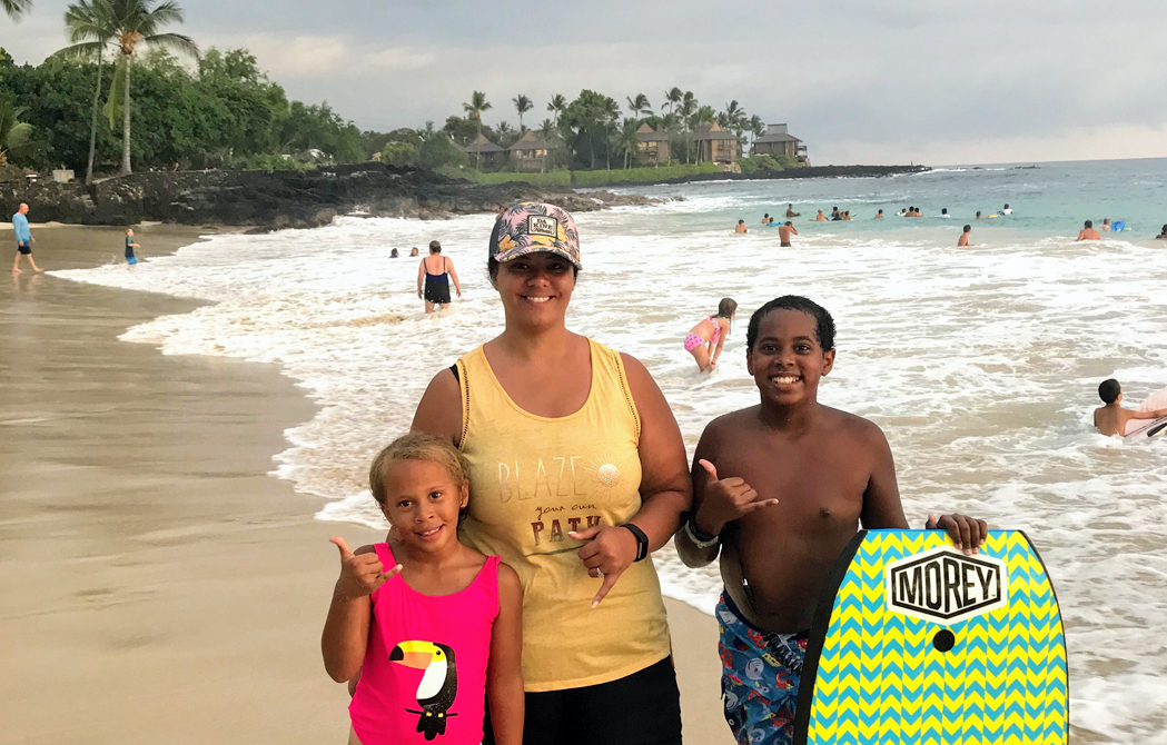 Chelsea Johnson in hawaii with her two children