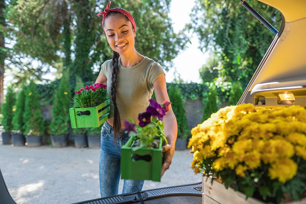 Auto Finance Advice What You Need To Know About Financing a Car_young woman placing flowers in her trunk
