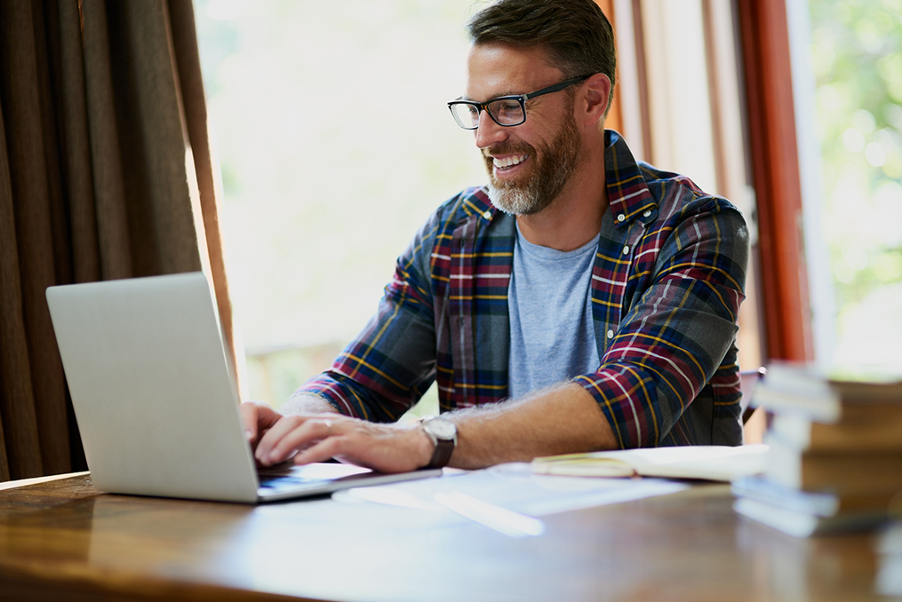 The Pros and Cons of Popular Payment Methods_man using laptop to shop online